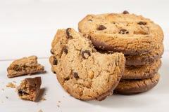 Хрустящие печенья печенья с шоколадом изолированным над белой предпосылкой стоковые фотографии rf