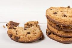 Хрустящие печенья печенья с шоколадом изолированным над белой предпосылкой стоковые изображения