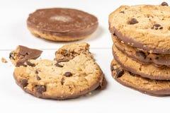 Хрустящие печенья печенья с шоколадом изолированным над белой предпосылкой стоковые изображения rf
