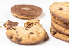 Хрустящие печенья печенья с шоколадом изолированным над белой предпосылкой стоковые фото