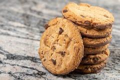 Хрустящие печенья печенья с шоколадом на сером мраморе стоковое изображение rf