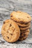 Хрустящие печенья печенья с шоколадом на сером мраморе стоковые изображения