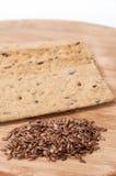 Хрустящие плиты диеты сделанные из linen и linen семян на деревянном bo Стоковые Фото
