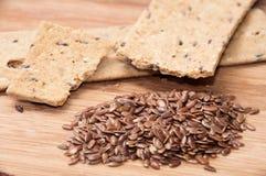 Хрустящие плиты диеты сделанные из linen и linen семян на деревянном bo Стоковые Изображения RF