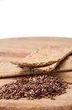 Хрустящие плиты диеты сделанные из linen и linen семян на деревянном bo Стоковая Фотография RF