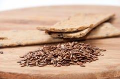 Хрустящие плиты диеты сделанные из linen и linen семян на деревянном bo Стоковое Изображение
