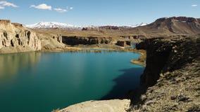 Хрустящий голубой таз озера с горами покрытыми снегом видеоматериал