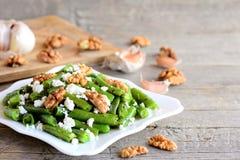 Хрустящий рецепт салата зеленой фасоли Очень вкусный салат зеленых фасолей с сметанообразным сыром, хрустящими грецкими орехами,  Стоковое Изображение RF