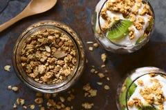 Хрустящий granola миндалины и овсяной каши с Parfait Стоковые Изображения RF