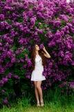 Худенькая девушка в белый представлять платья Стоковые Фото