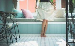 Худенькие женские ноги стоя на поле в яркой живущей комнате Пол освещенный солнечным светом Носит длинную юбку модель с Стоковые Фотографии RF