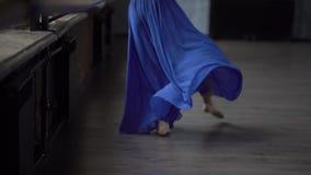 Худенькие ноги девушки с голубой юбкой делают движения танца в замедленном движении видеоматериал