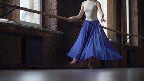Худенькие ноги девушки с голубой юбкой делают движения танца в замедленном движении акции видеоматериалы