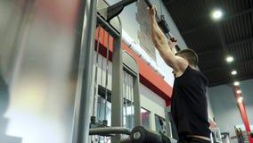 Худенький Sporty молодой мужской тяжелоатлет делая руку и заднюю тренировку видеоматериал