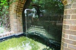 Художественное произведение водопроводного крана с словом в ` библии для того чтобы сделать что как раз показать постоянн влюблен стоковые фото