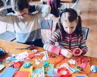 Художественные мастерские портноя для детей - decoratio войлока девушки шить Стоковые Изображения RF