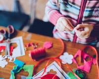Художественные мастерские портноя для детей - decoratio войлока девушки шить Стоковая Фотография