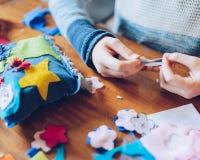 Художественные мастерские портноя для детей - decoratio войлока девушки шить Стоковая Фотография RF