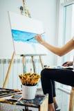 Художник, европейское море-scape чертежа девушки на холсте в ее мастерской Концепция классов изящного искусства Стоковое Фото
