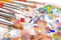 художник красит множественную палитру s Стоковое Фото