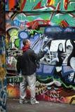 Художник надписи на стенах на работе Стоковые Изображения RF