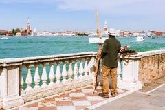 Художник на портовом районе Венеции, Италии Стоковые Фото