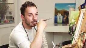 Художник профессионального художника ослабляя на его студии акции видеоматериалы