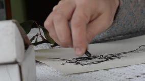 Художник рисует имеет Творческий процесс картины сток-видео