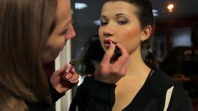Художник состава подготавливая модель для всхода моды, конкурс красоты кулуарный видеоматериал