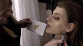 Художник состава применяется краснеет на модели сток-видео