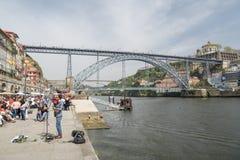 Художник улицы играя и поя перед толпой туристов стоковое изображение rf