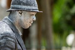 Художник улицы с серебром и чернотой покрасил одежды Стоковая Фотография