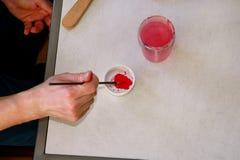 Художник человека смешивает цвета перед картиной на студии краски искусства Художник в его paintbrush удерживания руки смешал кра стоковое изображение rf
