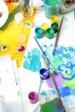 художник чистит инструменты щеткой красок бумажные Стоковые Изображения RF