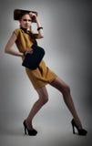 художническая шикарная модная девушка представляя студию стоковая фотография