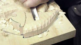 Художнический гравер режет fretwork видеоматериал