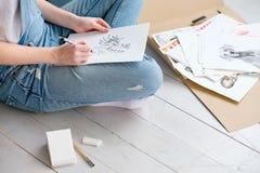 Художнический делать эскиз к девушки отдыха чертежа образа жизни Стоковое Фото