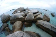Художнический и красивый утеса в пляже окруженном ясным открытым морем на fishbowl наблюдает режим Стоковое Изображение