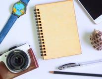Художническое винтажное плоское положение на белой предпосылке Шаблон знамени перемещения лета Винтажные устройства битника Стоковые Фото