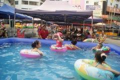 Хунань Huaihua, Китай: счастливые дети плавая Стоковая Фотография RF