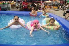 Хунань Huaihua, Китай: счастливые дети плавая Стоковые Изображения RF