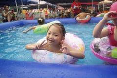 Хунань Huaihua, Китай: счастливые дети плавая Стоковое Изображение