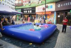 Хунань Huaihua, Китай: счастливые дети плавая Стоковые Фотографии RF