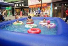 Хунань Huaihua, Китай: счастливые дети плавая Стоковое Фото