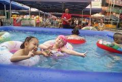 Хунань Huaihua, Китай: счастливые дети плавая Стоковое фото RF