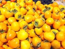 Хурма много плодоовощей лежа в супермаркете Стоковая Фотография RF