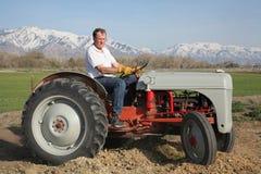 Хуторянин на тракторе стоковые изображения rf