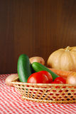 хуторянин сжал овощи рынка Стоковое фото RF