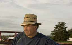 Хуторянин с шлемом сторновки Стоковая Фотография RF