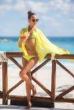 Худенькая девушка на предпосылке океана с коктеилем стоковое фото